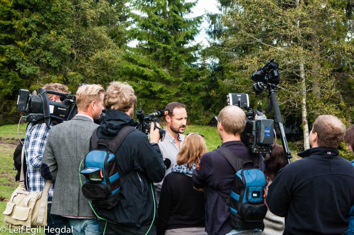 Crown Prince Haakon is interviewed by the press. Canon 40D, Canon EF 24-70mm F2.8L, 1/320s, f7,1, ISO 1000